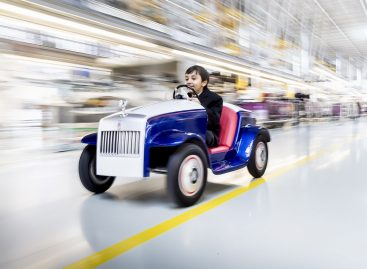 Детский электрический автомобиль Rolls-Royce SRH прошел техобслуживание