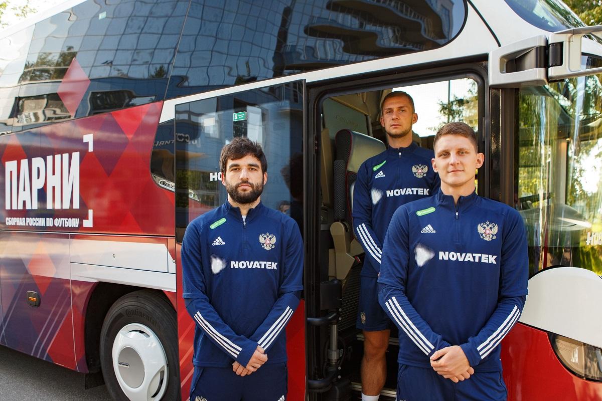 Игроки на фоне автобуса